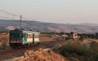 Ultime luci della giornata per la ALn668 3012, titolare del regionale 8595 da Catania Centrale a Siracusa, ripresa poco dopo Lentini Diramazione