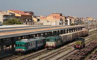 Panoramica in stazione a Gela, una ALn668, unità 3030, il merci da Gela a Bicocca che attende l
