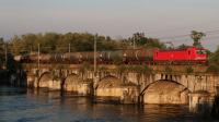 11 Maggio 2018: Viaggio al Nord: obiettivo Risaie, ma anche merci, qui la E191 015 con un merci di cisterne, in transito sul ponte sul Ticino vicino Trecate (NO).