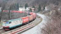 Uniforme convoglio di Container in risalita da Savona verso il nord, con titolare la E652 044, in transito a Isola del Cantone