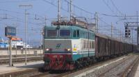 Lungo merci di carri GABS diretto in Sicilia, in lento transito da Villa San Giovanni con titolare la E655 176.