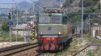 Locomotiva isolata da Lamezia Terme per Villa San Giovanni Bolano, in ingresso a Bagnara Calabra sul binario 1 causa precedenza, si tratta della E655 076.