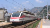 Veloce transito per l'ETR 460 treno 24, mentre supera la E655 in sosta in precedenza, con un servizio Eurostar da Roma Termini per Reggio Calabria Centrale.