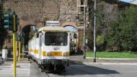 Tra i mezzi più anziani in esercizio sulla ferrovia urbana Roma-Giardinetti, la ET 421 è ripresa in partenza da Piazzale Labicano.