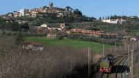 Il sabato sulla linea Roma-Cassino era la giornata nella quale veniva effettuato lo scambio dei 245 tra Frosinone a Roma Smistamento, nella foto il 245 6050 è ripreso di coda, trainato da una E652, con sullo sfondo il centro abitato di Colonna.