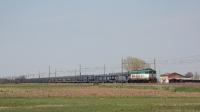 E655 089 con un convoglio di carri vuoti per trasporto auto, in transito in località Bagno, vicino Reggio Emilia