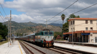 Invio di carrozze treno notte da Siracusa per Milano Centrale, affidate nella tratta siciliana alla E656 294, in vista del ritorno dell