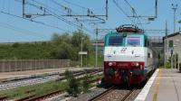 E444R 090 in veloce transito presso la stazione di Fabro-Ficulle, mentre effettua servizio con un Intercity verso il sud italia, sulla linea lenta tra Chiusi e Roma.