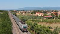 Composizione non troppo impegnativa per la E402 177, titolare di un treno Intercity da Milano Centrale per Roma Termini, pochi chilometri a sud della stazione di Castiglion del Lago.