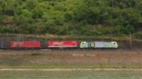 Transito lungo la linea merci sulla riva opposta del Reno per l