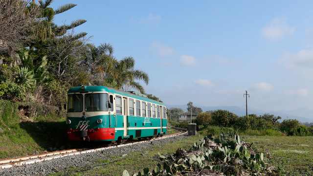 Transito dalla simpatica fermata di Cutula per la ADe14, impegnata con il treno 8 da Riposto a Randazzo, il 13 Aprile 2020