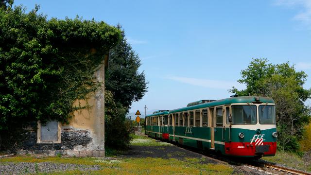 Il treno dello studenti, o quello che ne rimane, in transito a Cutula accompagnato da una poco simpatica velatura sul sole, il 28 Aprile 2021.