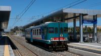 Inquadratura per la nuova fermata di Catania Aeroporto - Fontanarossa, mentre un regionale per Caltanissetta Centrale effettuato con la ALn668 3033 riparte dopo la sosta per servizio viaggiatori.