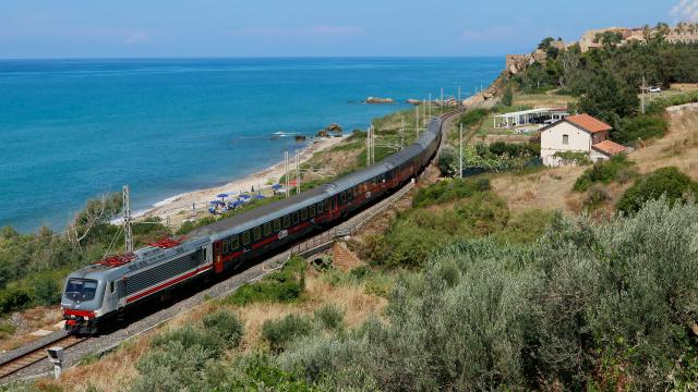 Intercity Notte da Milano Centrale a Palermo Centrale, affidato alla trazione della E464 367, e con una composizione rinforzata a 7 vetture, in transito a Tusa.