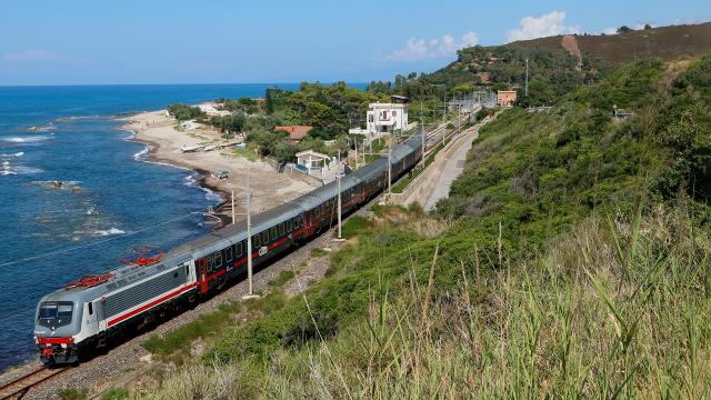 Dopo aver effettuato incrocio a Pollina con un regionale Palermo-Messina, la E464 367 riparte per gli ultimi chilometri del suo viaggio lungo verso Palermo, qui sul deviatoio di uscita della stazione di Pollina.