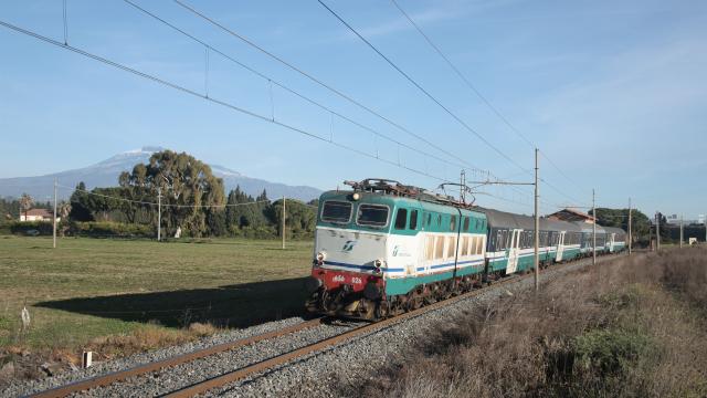 Transito poco dopo la stazione di Bicocca per la E656 026, mentre effettua servizio con l