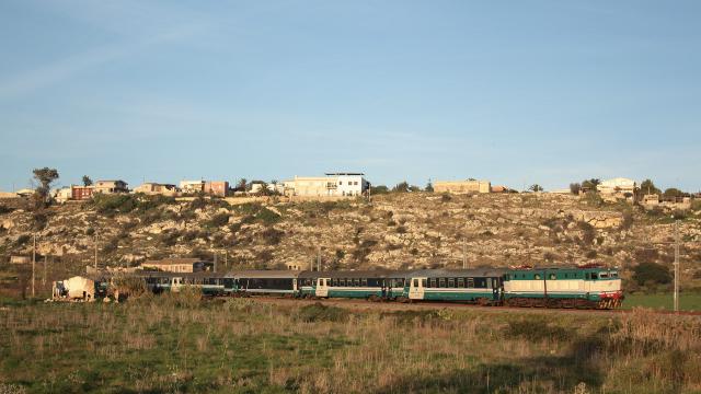 Transito poco prima delle celeberrime saline di Augusta per la E656 099, mentre effettua servizio con il treno notturno da Milano Centrale a Siracusa